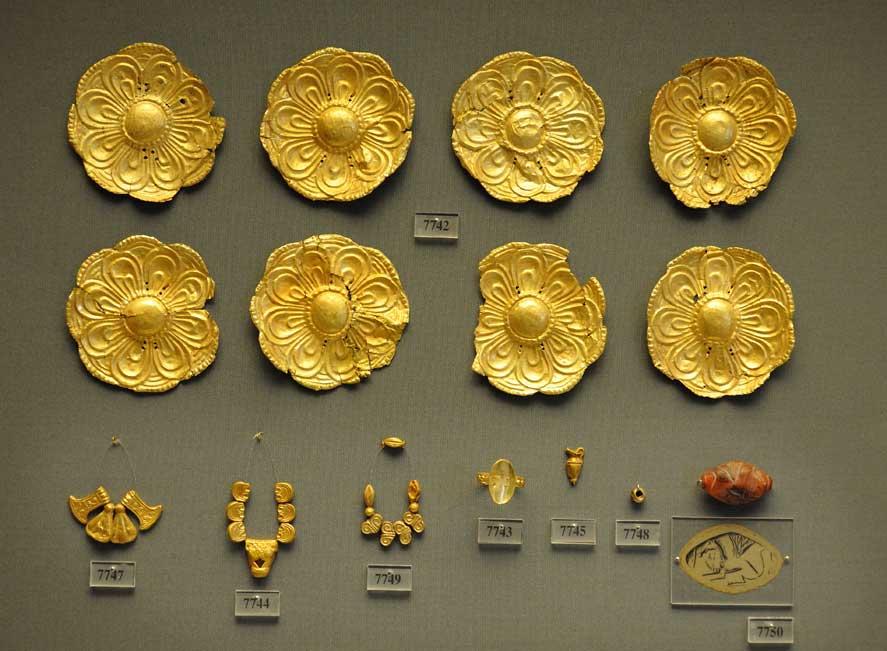 Εικ. 2. Τα χρυσά κοσμήματα του τάφου της οδού Αγλαύρου, όπως εκτίθενται στην προθήκη του Μουσείου (φωτ.: Κ. Πασχαλίδης/Φωτογραφικό Αρχείο Εθνικού Αρχαιολογικού Μουσείου).