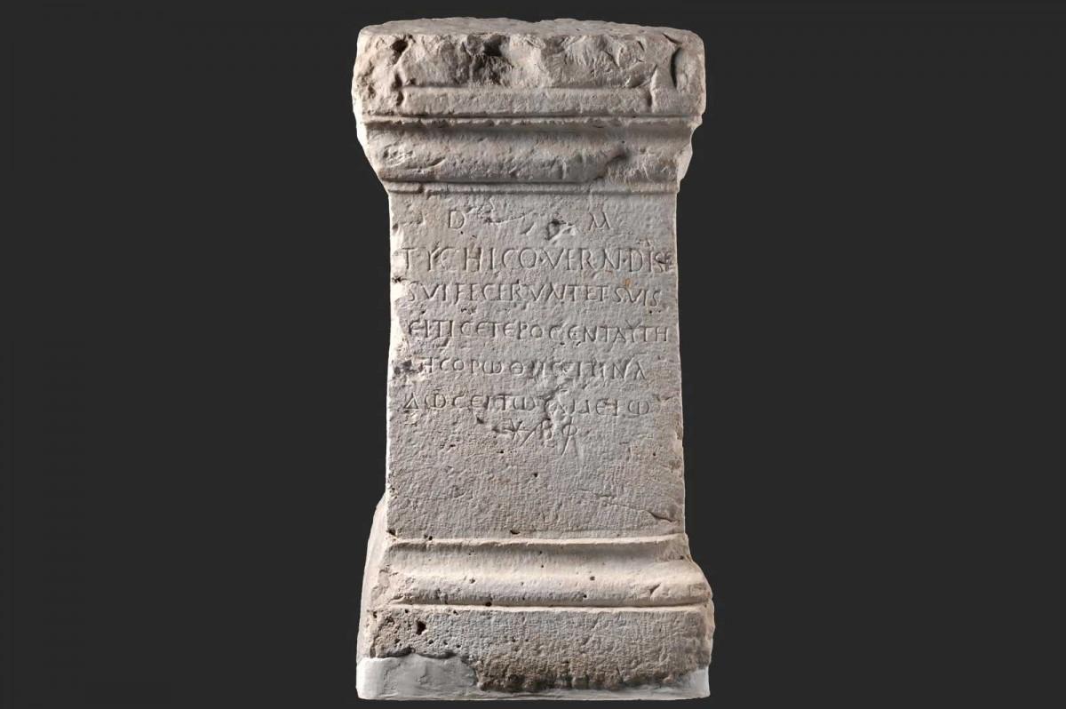 Mαρμάρινος επιτύμβιος βωμός από τη Φωτική, 2ος-3ος αι. μ.Χ., Αρχαιολογικό Μουσείο Ηγουμενίτσας.