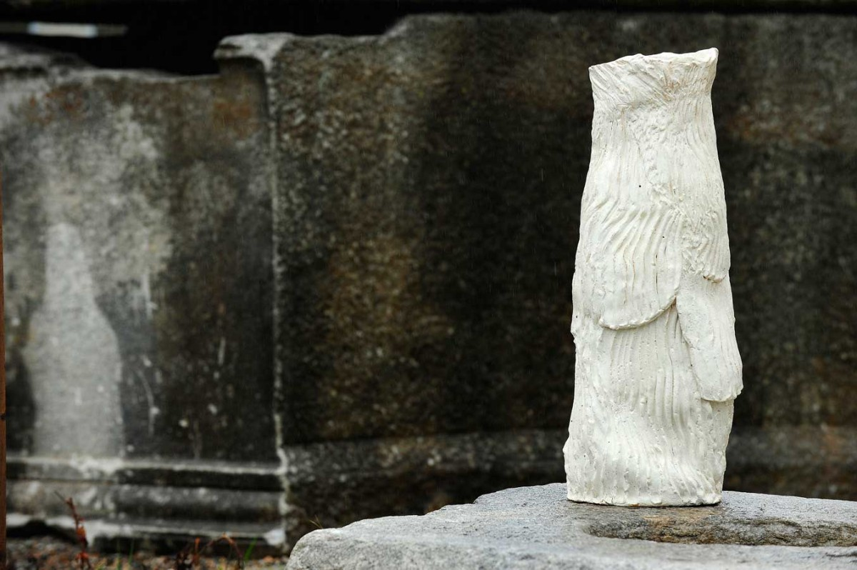 Το έργο της Hijo Nam «Cultural Custom», που είναι φτιαγμένο από λευκό πηλό, κάνει μια νύξη στα αγάλματα της ελληνιστικής εποχής και στα κυματιστά ενδύματά τους (φωτ. Χριστόφορος Δουλγέρης).