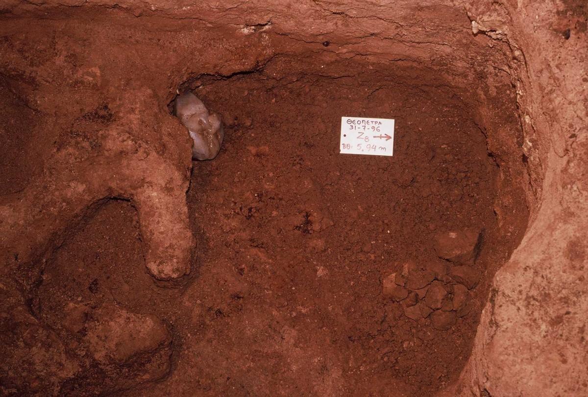 Εικ. 12. Ανασκαφή μέσα στο βαθύτερο ίζημα χωρίς κατάλοιπα φωτιάς. Διακρίνεται κροκάλα χαλαζία.