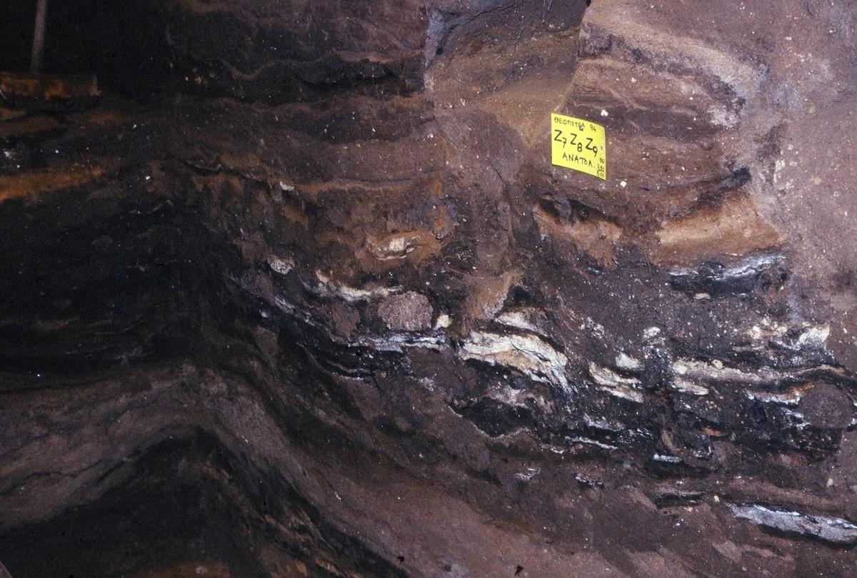 Εικ. 13. Παχιά ιλυώδη στρώματα εναλλάσσονται με στρώματα πυρών της Μέσης Παλαιολιθικής.