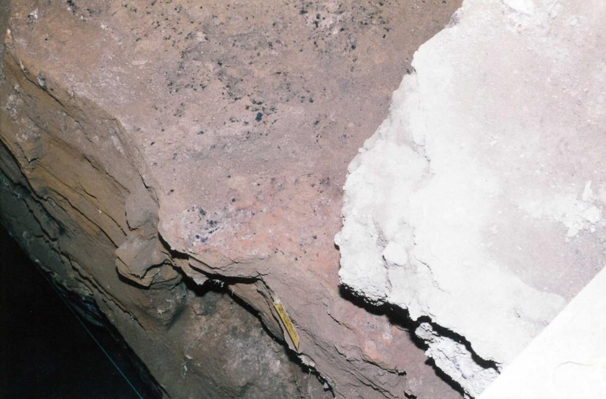 Εικ. 20. Μεσολιθικό δάπεδο με κάρβουνα στην επιφάνειά του.