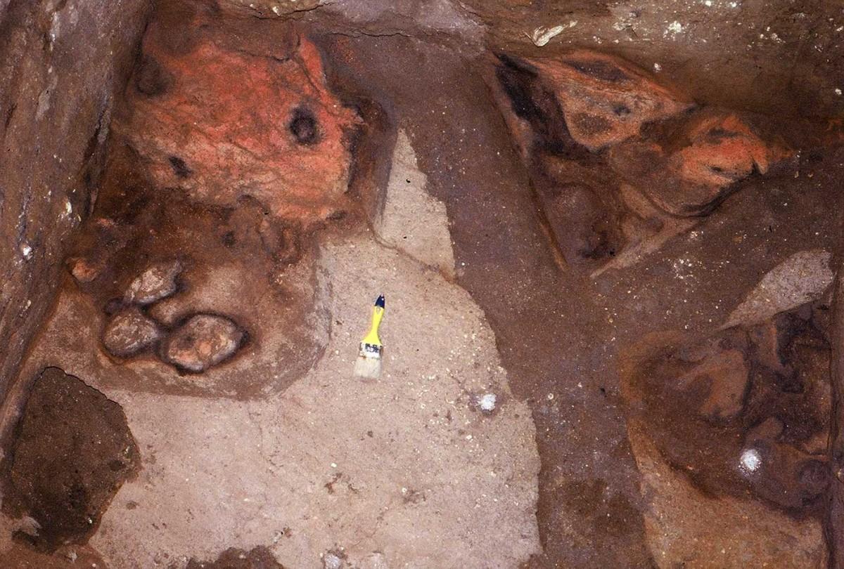Εικ. 23. Εστίες ηλικίας σχεδόν 60.000 χρόνων στον ίδιο ορίζοντα.