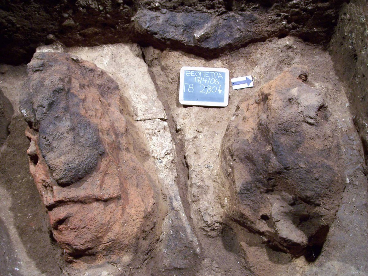 Εικ. 24. Δύο ακόμη εστίες 60.000 χρόνων σε άλλη περιοχή του σπηλαίου, στον ίδιο όμως ορίζοντα.