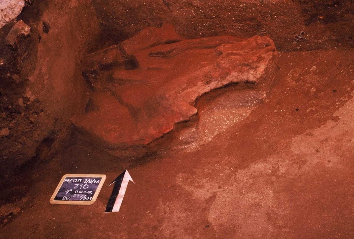 Εικ. 25. Μία εστία 60.000 χρόνων κατά την ανασκαφή. Διακρίνεται η διαστρωμάτωσή της.