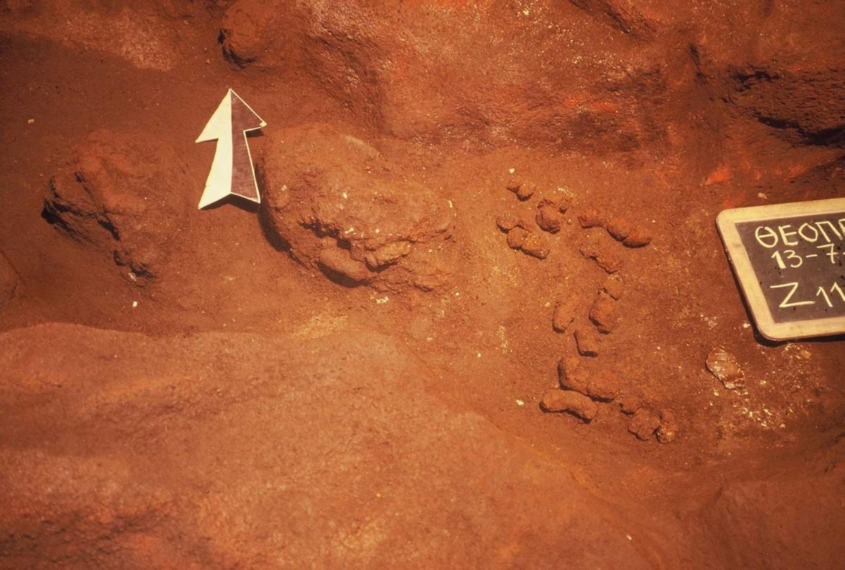 Εικ. 28. Σχηματοποιημένες μεσολιθικές μάζες πηλού που βρέθηκαν ανάμεσα σε εστίες των 60.000 χρόνων λόγω διαταραχής της στρωματογραφίας.