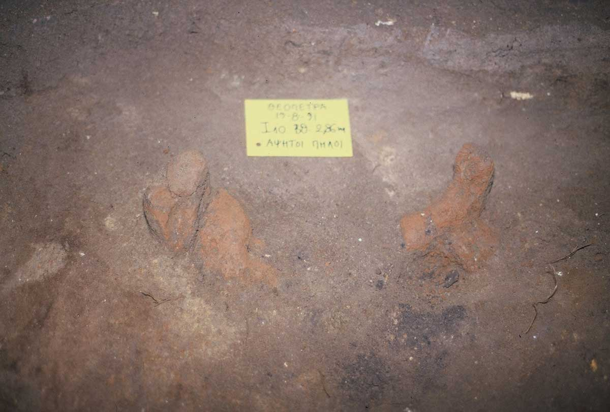 Εικ. 31. Μάζες σχηματοποιημένου πηλού σε βαθιά μεσοπαλαιολιθικά στρώματα. Κατέβηκαν μέσω λαγουμιών ή κοιτών από τις μεσολιθικές επιχώσεις.
