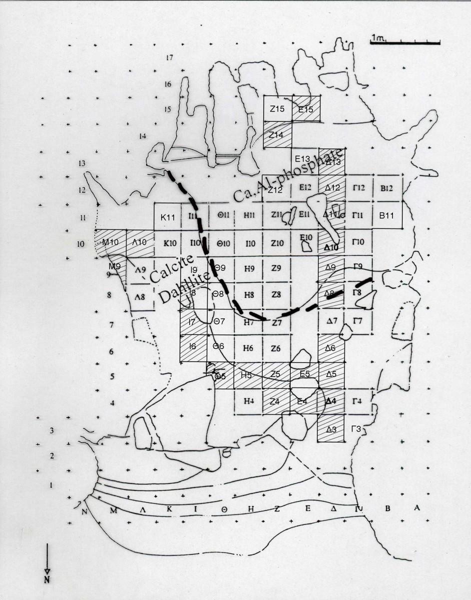 Εικ. 33. Στη σχεδιαστική κάτοψη του σπηλαίου διακρίνεται με έντονη διακεκομμένη γραμμή η νότια περιοχή με τη διαγένεση όπου δεν σώθηκαν οστά (Καρκάνας και Weiner 2000, εικ. 2.12).