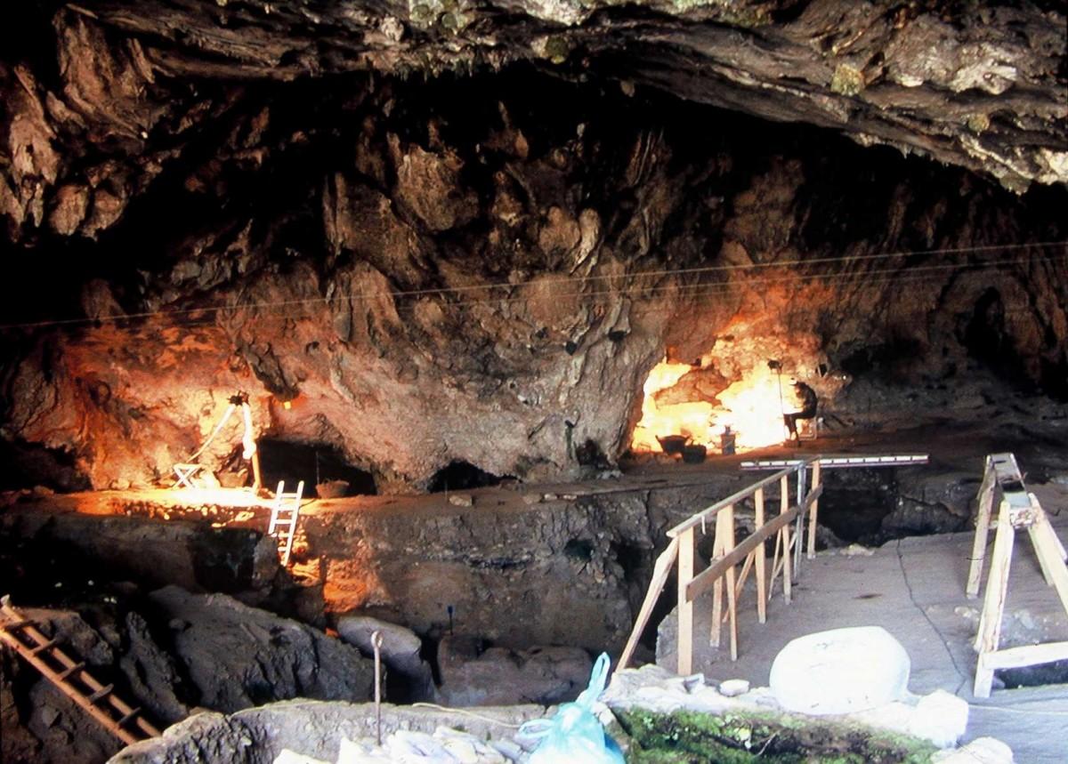 Εικ. 4. Οι κόγχες της νότιας περιοχής του σπηλαίου φωτισμένες.