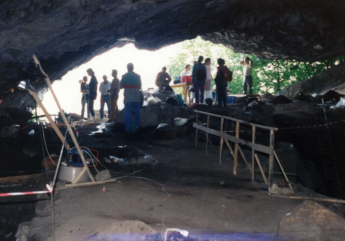 Εικ. 5. Το πλατύ άνοιγμα της εισόδου από το εσωτερικό του σπηλαίου.