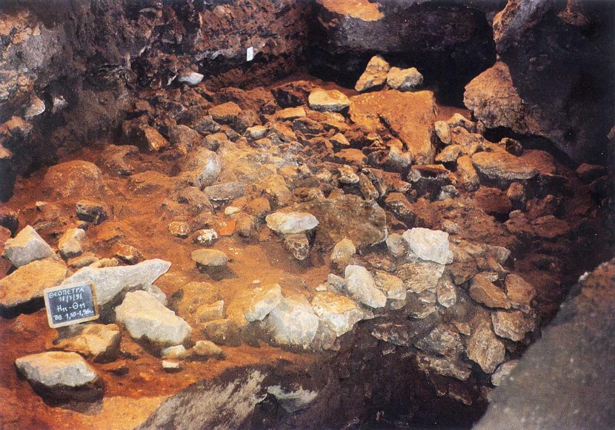 Εικ. 9. Ολόκληρο στρώμα πεσμένων λίθων δημιουργήθηκε από την αποκόλληση και πτώση τεράστιου τεμάχους από την οροφή του σπηλαίου (σκάμματα Η11-Θ11).