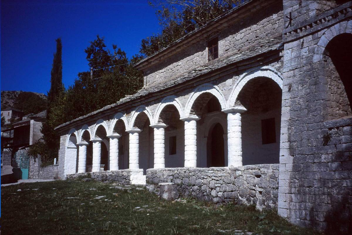 Εικ. 4. Άποψη της δυτικής πλευράς του Ι.Ν. Αγίου Νικολάου Καλαρρυτών. (Προσωπική συλλογή Άγγελου Σινάνη.)