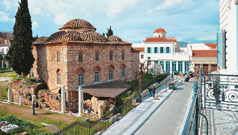 Το Φετιχιέ Τζαμί χτίστηκε γύρω στο 1670 πάνω στα ερείπια μεσοβυζαντινής χριστιανικής βασιλικής. Ο συγκεκριμένος τύπος θεωρείται δημιουργία της Οθωμανικής πρωτεύουσας και απαντάται στα σπουδαία τεμένη της Κωνσταντινούπολης αλλά και στον ευρύτερο χώρο των Βαλκανίων.