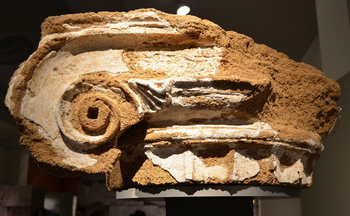 Το κιονόκρανο, η επιφάνεια του οποίου φέρει επένδυση μαρμαροκονιάματος, προέρχεται από το Πρυτανείο της Αμβρακίας (φωτ. Εφορεία Αρχαιοτήτων Άρτας).