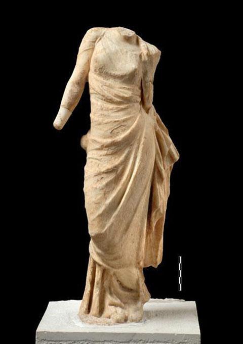 Μαρμάρινο αγαλμάτιο Αφροδίτης από το Πρυτανείο της Αμβρακίας (φωτ. Εφορεία Αρχαιοτήτων Άρτας).