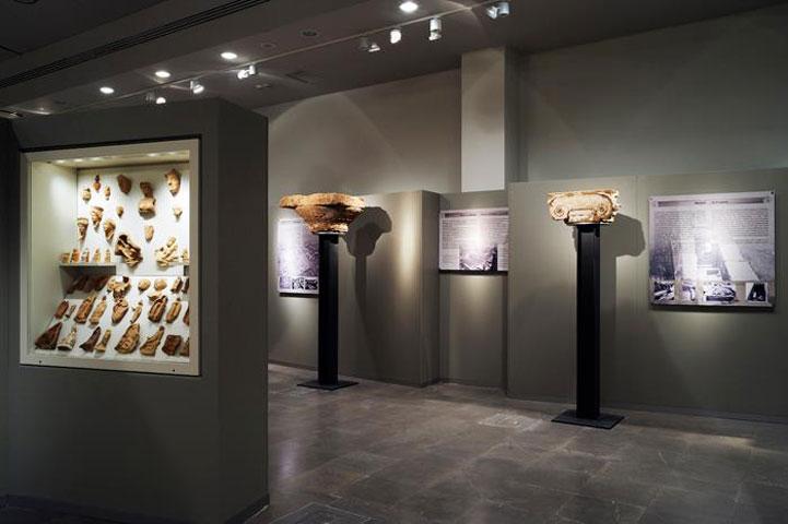 Το κιονόκρανο εκτίθεται στην Αίθουσα Α του Αρχαιολογικού Μουσείου Άρτας (φωτ. Εφορεία Αρχαιοτήτων Άρτας).