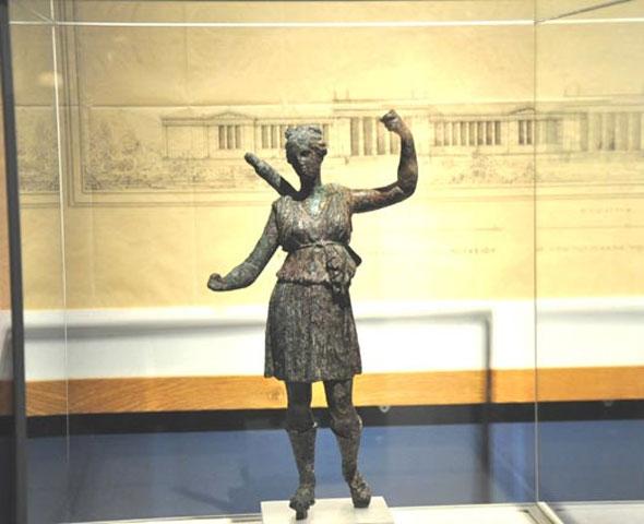 Η Άρτεμη από τη θάλασσα. Χάλκινο αγαλμάτιο, τέλη 4ου αι. π.Χ. (Φωτογραφικό Αρχείο Εθνικού Αρχαιολογικού Μουσείου, Αρ. Ευρ. Χ 16790).