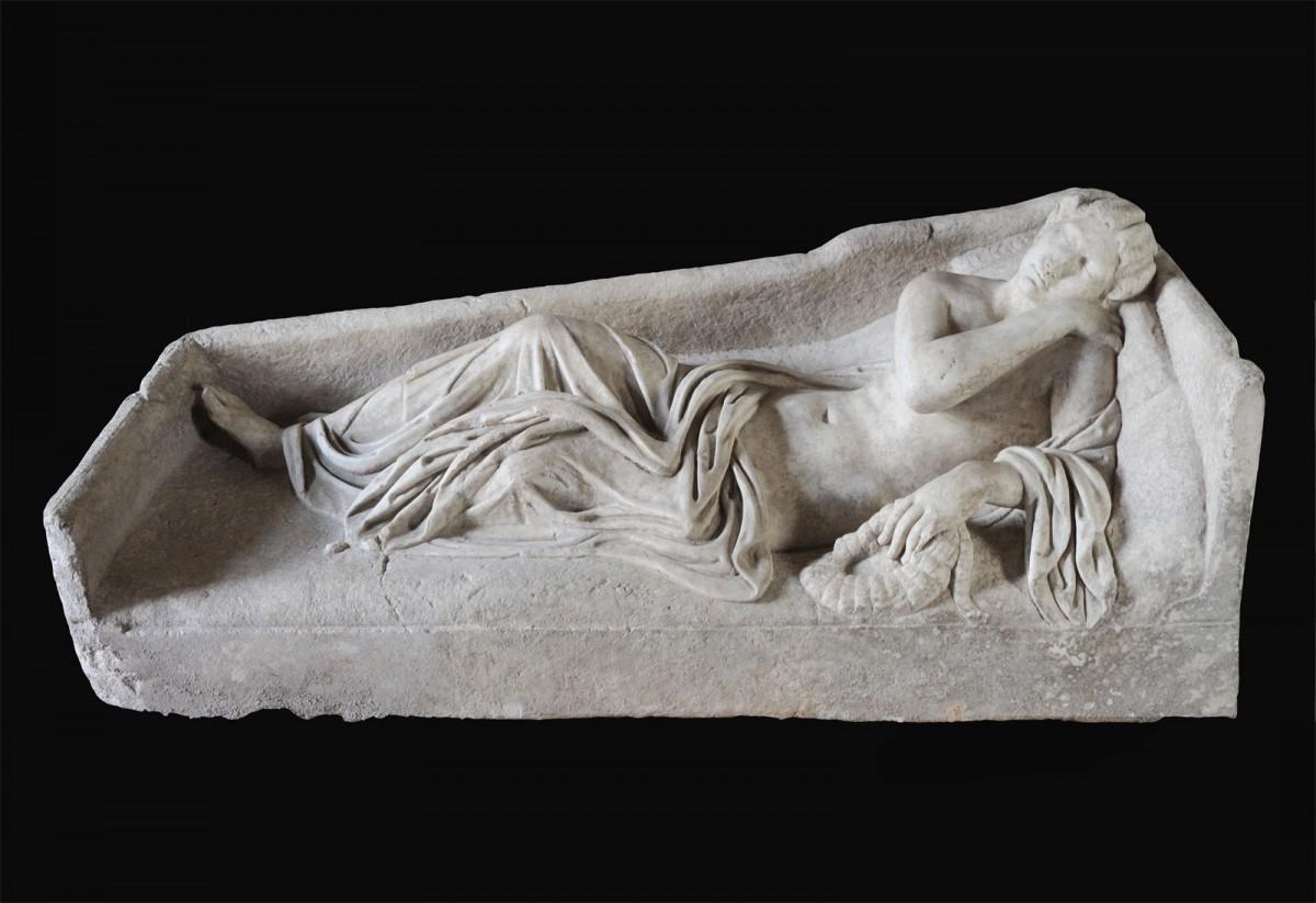 Στις αρχαιότητες που επαναπατρίστηκαν περιλαμβάνεται μια μαρμάρινη σαρκοφάγος που επρόκειτο να πουληθεί από γκαλερί της Νέας Υόρκης έναντι του ποσού των 4,5 εκατ. δολαρίων (φωτ. CARABINIERI CC TPC ROMA).