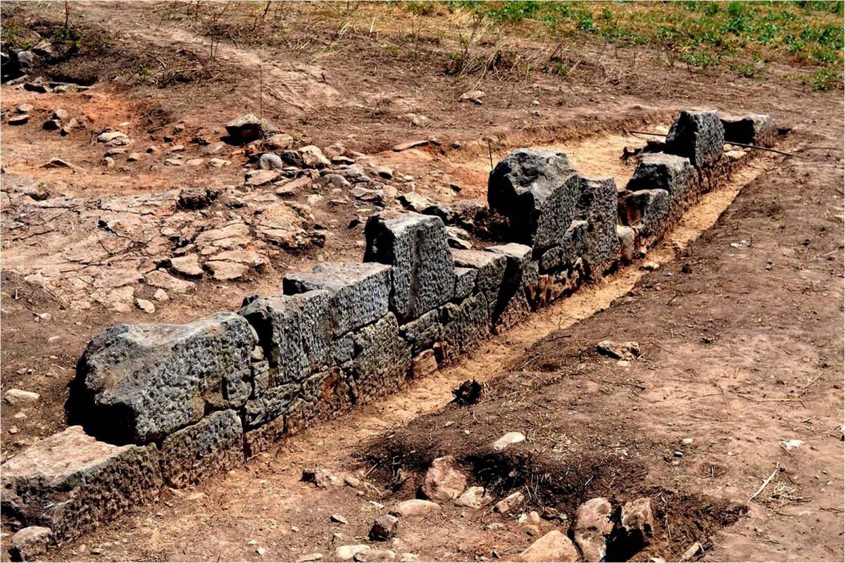 Πλάσι Μαραθώνα: περίβολος ιερού της αρχαϊκής περιόδου (φωτ. ΕΚΠΑ).