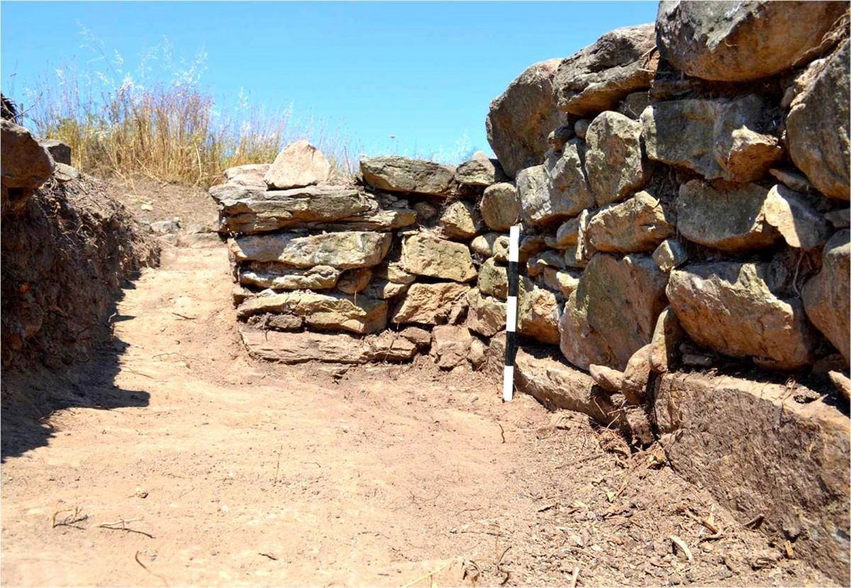 Πλάσι Μαραθώνα: Οχυρωματικό τείχος της προϊστορικής εποχής (φωτ. ΕΚΠΑ).
