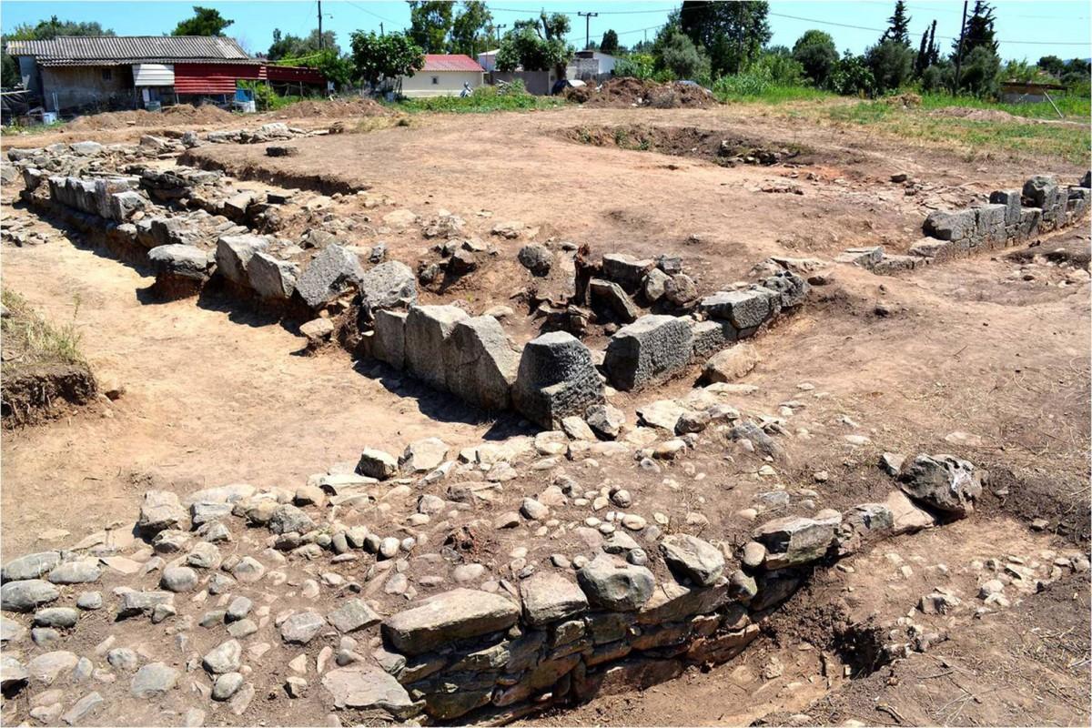Πλάσι Μαραθώνα: Προϊστορικό τείχος (κάτω) και αρχαϊκός περίβολος (επάνω) (φωτ. ΕΚΠΑ).