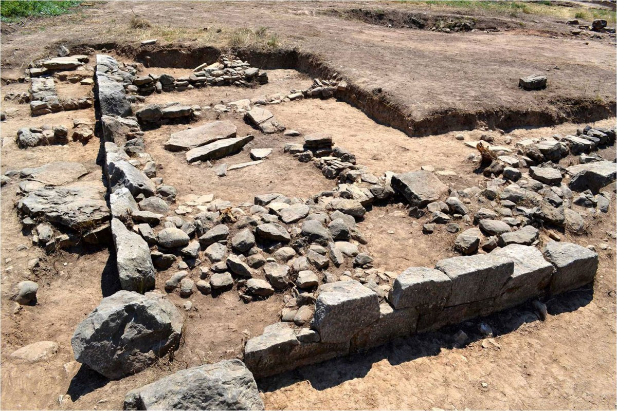 Πλάσι Μαραθώνα: αρχαϊκός περίβολος και προϊστορικά κτίρια κάτω από αυτόν (φωτ. ΕΚΠΑ).