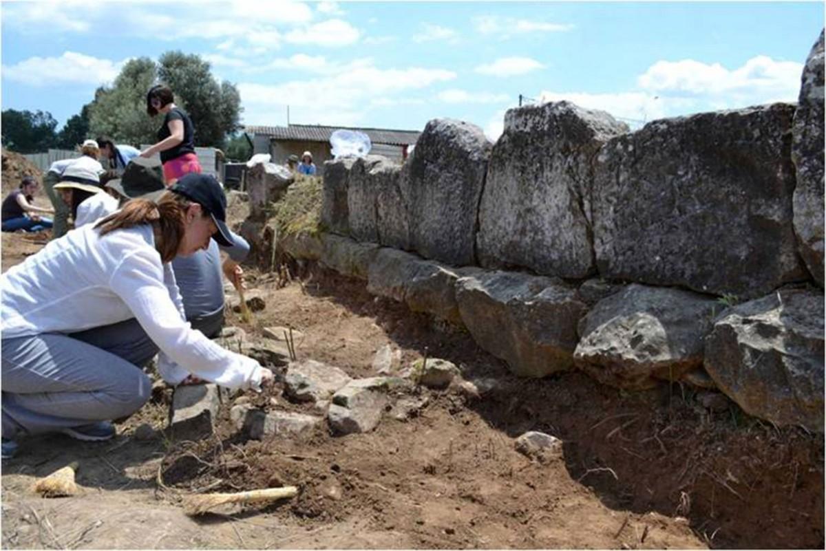 Πρακτική άσκηση των φοιτητών αρχαιολογίας του Πανεπιστημίου Αθηνών στην ανασκαφή στο Πλάσι Μαραθώνα (φωτ. ΕΚΠΑ).