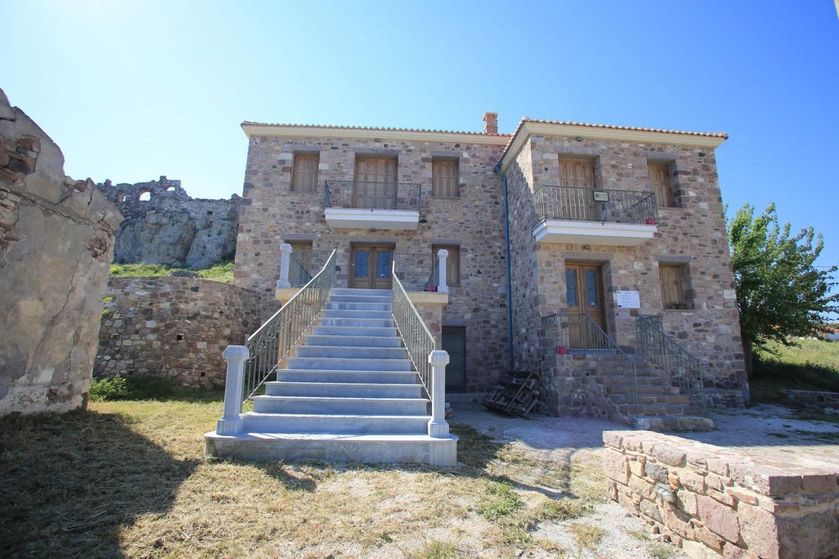 Ο νέος εκθεσιακός χώρος στο Κάτω Κάστρο είναι ένα από τα οθωμανικά σπίτια που ανακαινίστηκαν πρόσφατα από την Εφορεία Αρχαιοτήτων Λέσβου (φωτ. ΑΠΕ-ΜΠΕ).