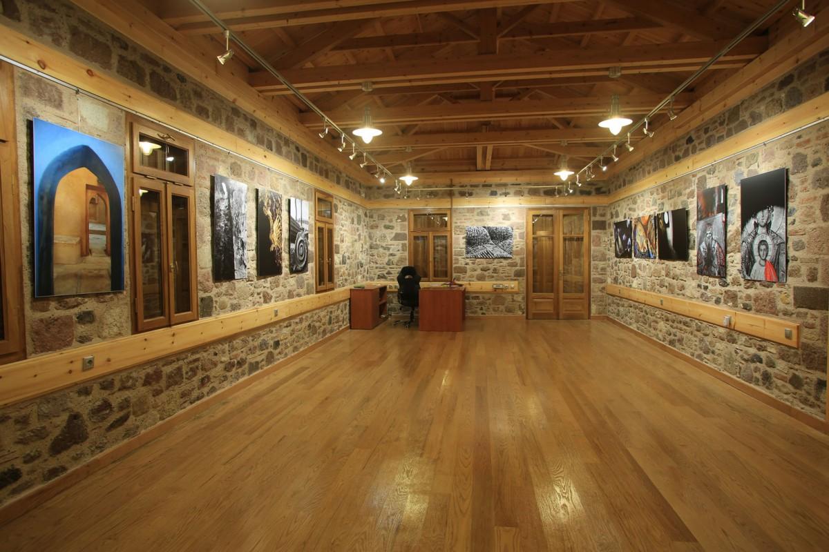 Άποψη του εσωτερικού του νέου εκθεσιακού χώρου στο Κάτω Κάστρο Μυτιλήνης (φωτ. ΑΠΕ-ΜΠΕ).