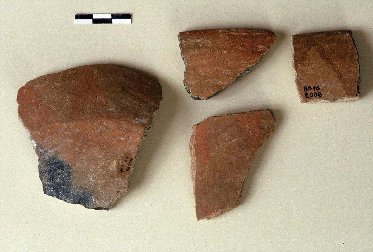 Εικ. 16. Πρώιμα γραπτά αγγεία της Αρχαιότερης Νεολιθικής.