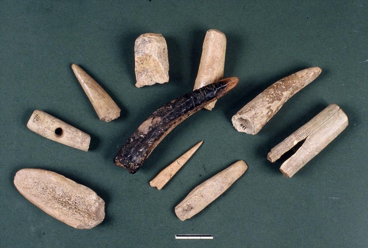 Εικ. 30. Διάφορα εργαλεία φτιαγμένα από κέρατα ελαφιού.
