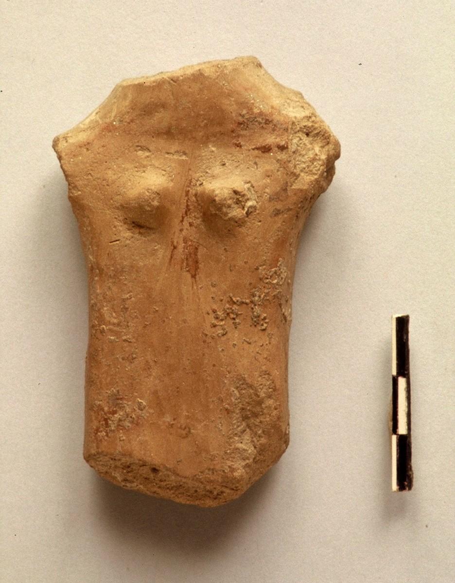 Εικ. 37. Σανιδόσχημο ειδώλιο με πλαστική διατύπωση στήθους και γραπτή φθαρμένη διακόσμηση. Χαλκολιθική περίοδος.