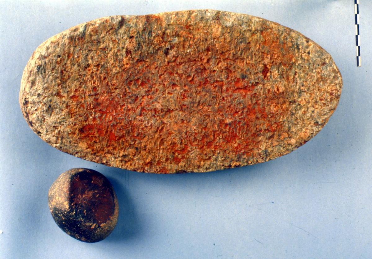 Εικ. 45. Ακέραιος μυλόλιθος με κατάλοιπα ερυθρού χρώματος. Όμοια κατάλοιπα διατηρεί και ο τριπτήρας.