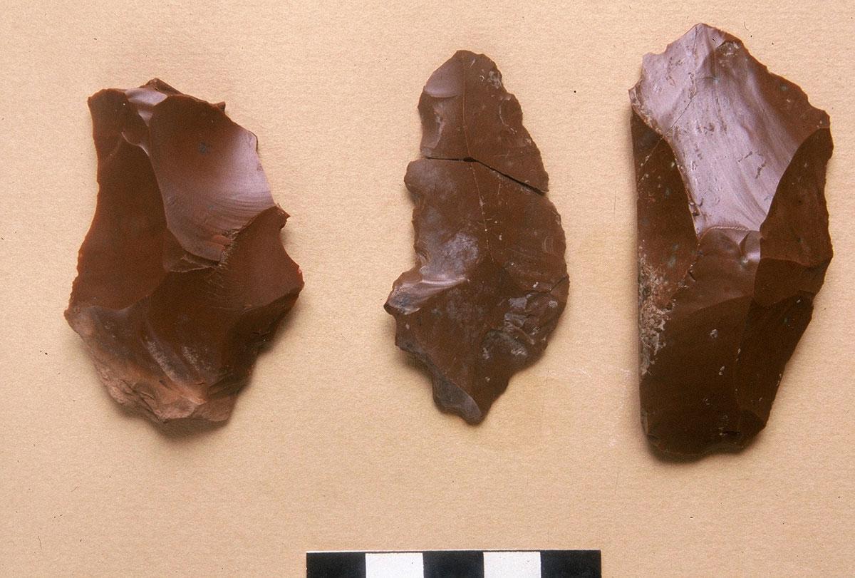 Εικ. 5. Λίθινα εργαλεία από πυριτόλιθο, Μέσης Παλαιολιθικής.