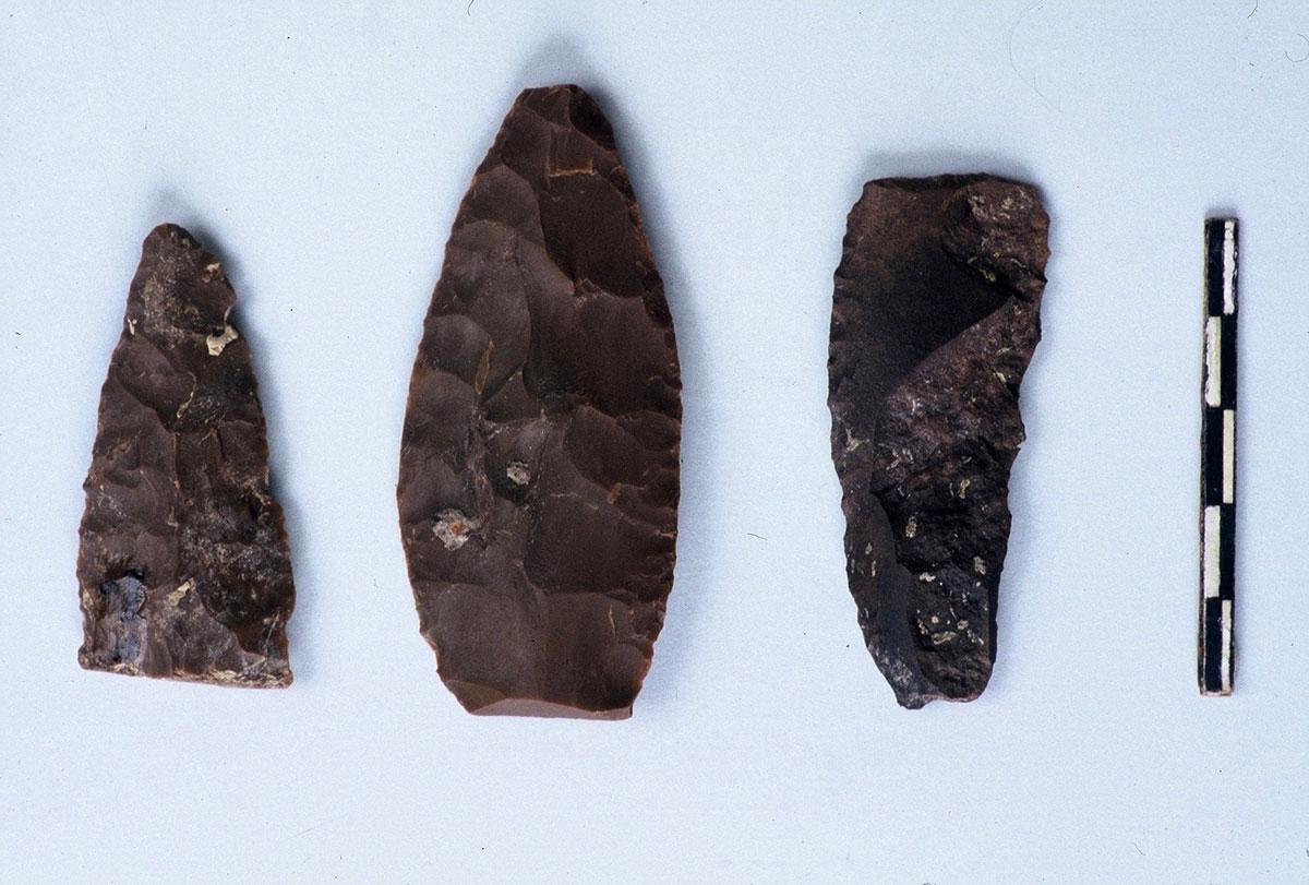Εικ. 7. Δύο αιχμές και ένα ξέστρο της Μέσης Παλαιολιθικής.