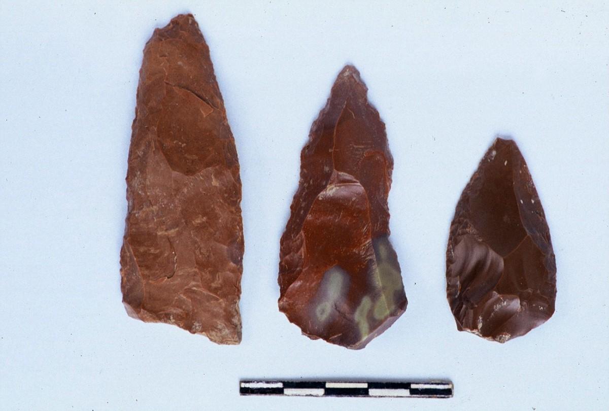 Εικ. 8. Δύο αιχμές και ένα ξέστρο της Μέσης Παλαιολιθικής.