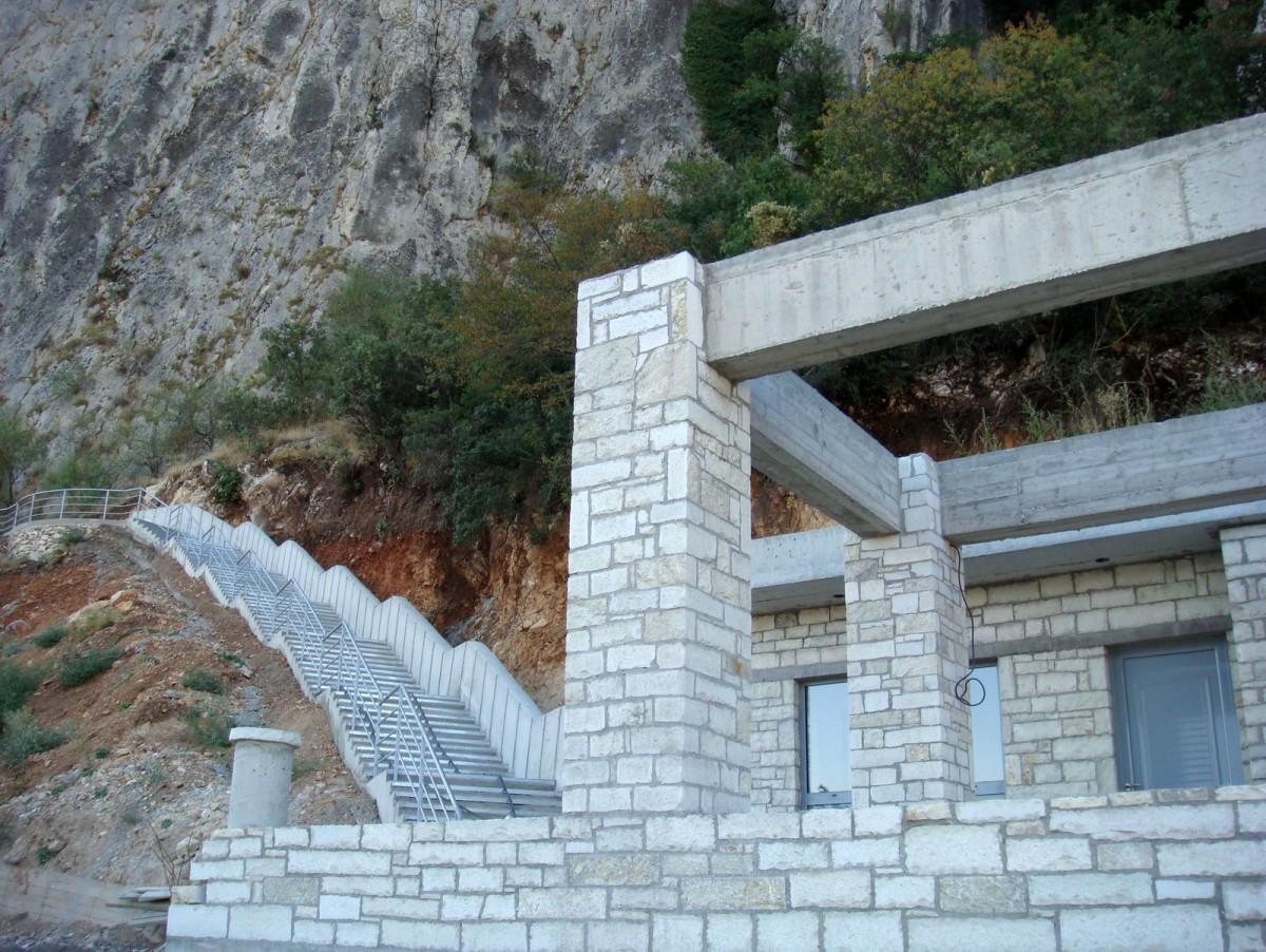 Εικ. 2. Το κλιμακοστάσιο που οδηγεί στο σπήλαιο της Θεόπετρας.