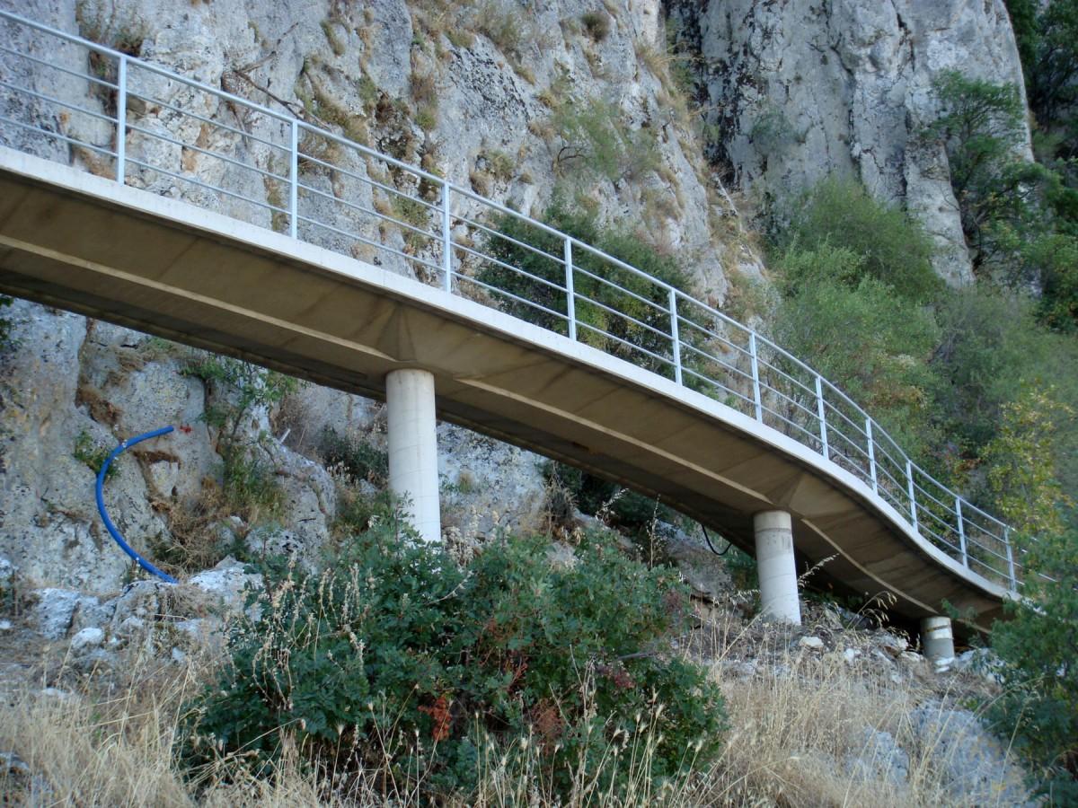 Εικ. 3. Η γέφυρα πρόσβασης στο σπήλαιο. Ειδικό αμαξίδιο εξυπηρετεί άτομα με κινητικές δυσκολίες.
