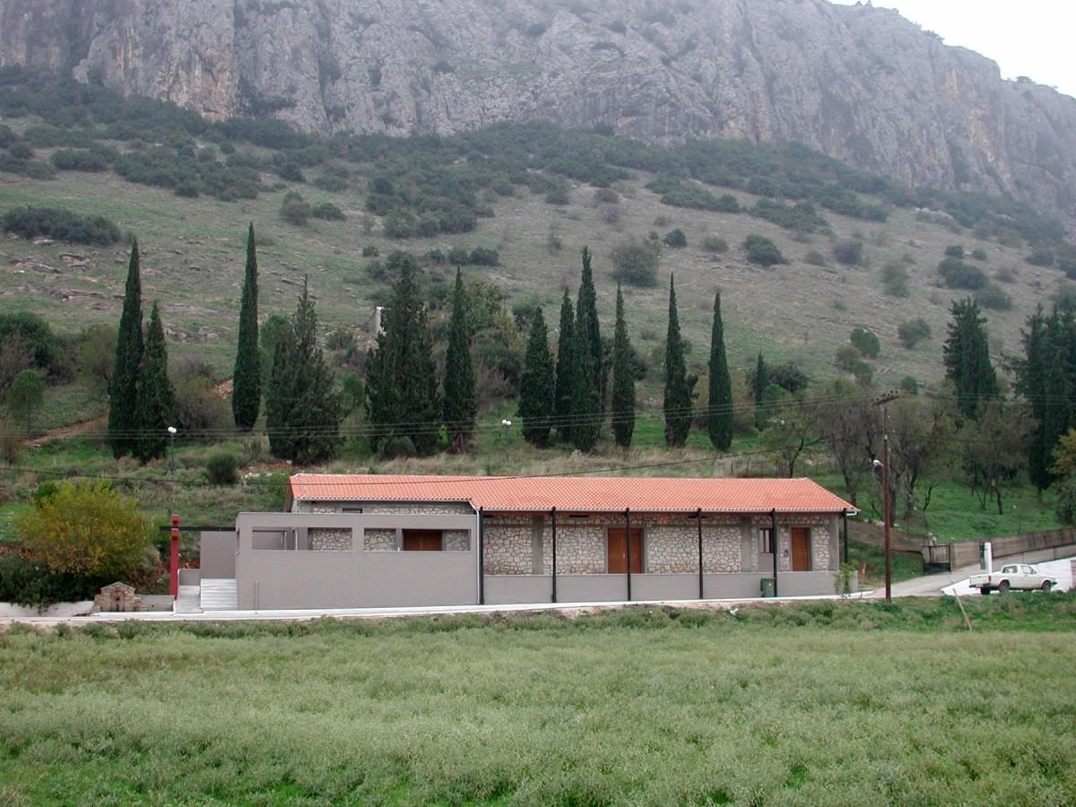 Εικ. 6. Το λιθόκτιστο κτίριο στη βάση του ασβεστολιθικού όγκου από την πλευρά της κοινότητας Θεόπετρας (νότια) που διατέθηκε από τον Δήμο για τη δημιουργία του μουσείου.