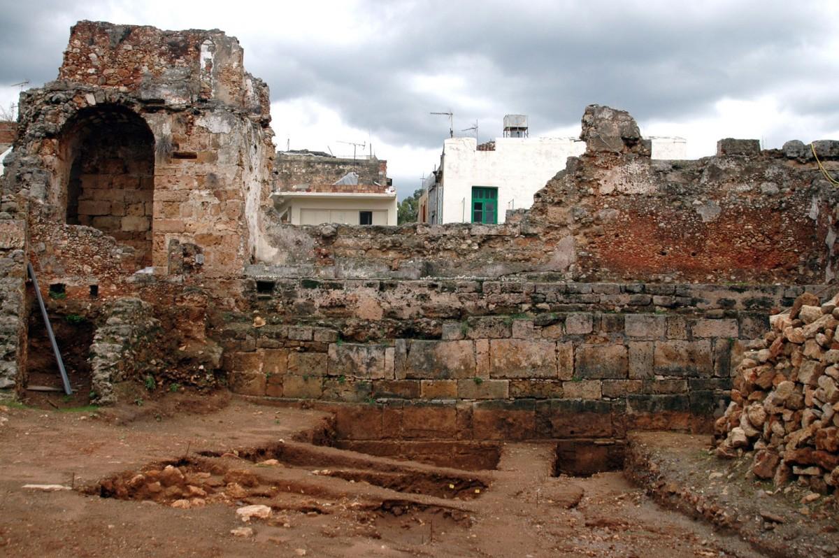 Εικ. 6. Κυδωνία (Χανιά), τμήμα της εσωτερικής όψης του αρχαίου τείχους στην οδό Κατρέ (φωτ. Μ. Ανδριανάκης).