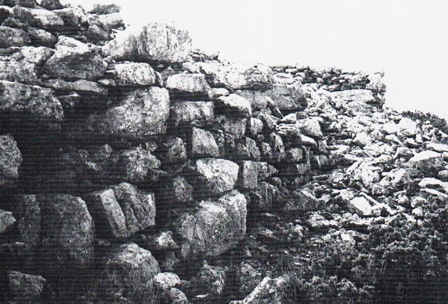 Εικ. 7. Γιούχτας, μινωικό ιερό κορυφής: κυκλώπειος οχυρωματικός περίβολος.