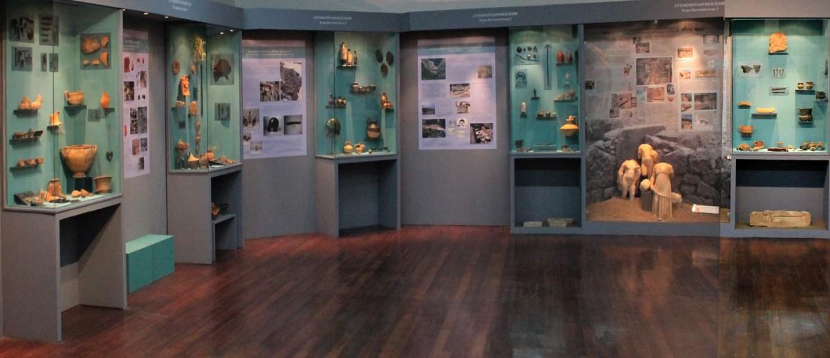 Άποψη της έκθεσης «Καθ' οδόν. Αρχαιότητες και Δημόσια Έργα στη Φθιώτιδα 2004-2014» που παρουσιάζεται στο Αρχαιολογικό Μουσείο Λαμίας.
