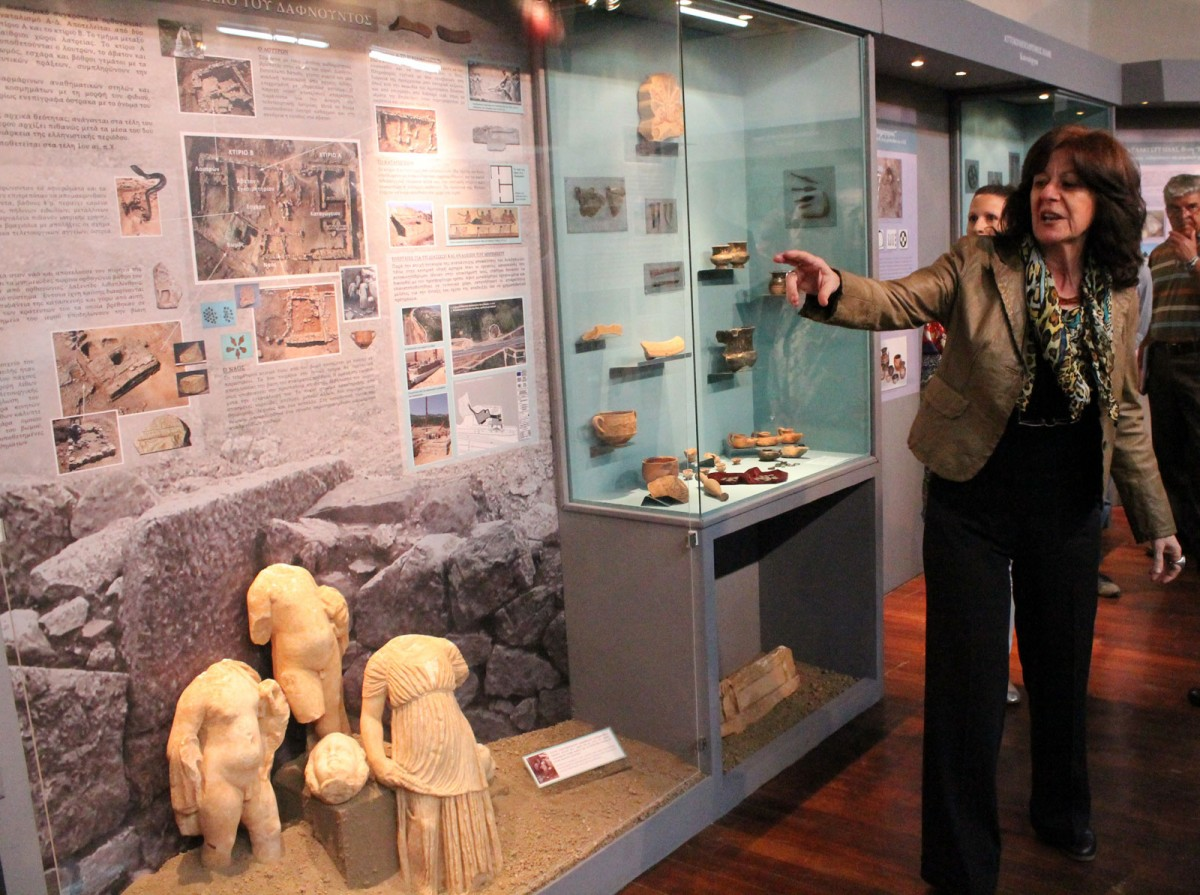 Ξενάγηση στην έκθεση «Καθ' οδόν. Αρχαιότητες και Δημόσια Έργα στη Φθιώτιδα 2004-2014» από την προϊσταμένη της Εφορείας Αρχαιοτήτων Φθιώτιδας και Ευρυτανίας, Μαρία-Φωτεινή Παπακωνσταντίνου.