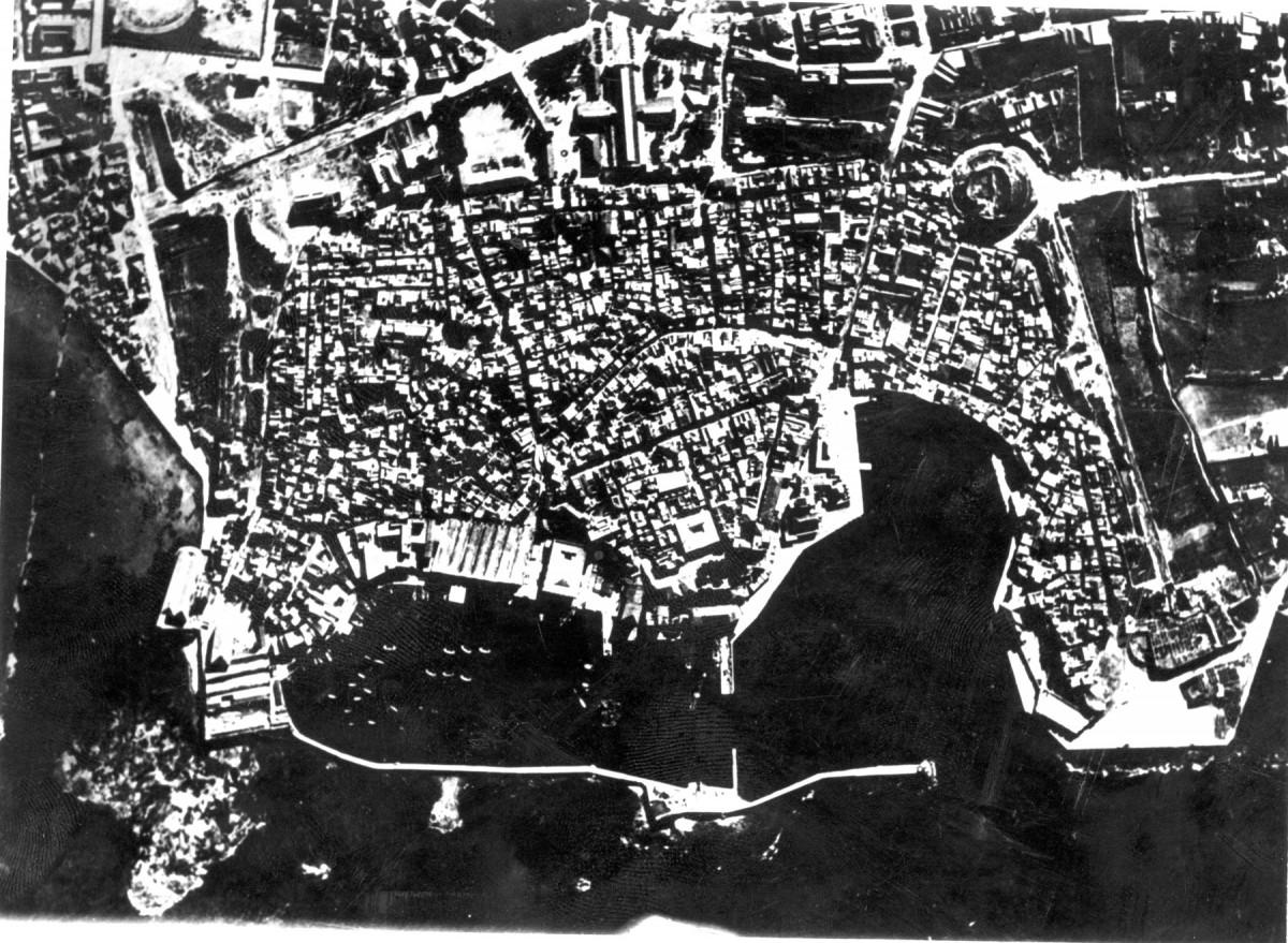 Εικ. 17. Η οχυρωμένη πόλη των Χανίων, πριν από το βομβαρδισμό του 1941 (αεροφωτογραφία 1936).