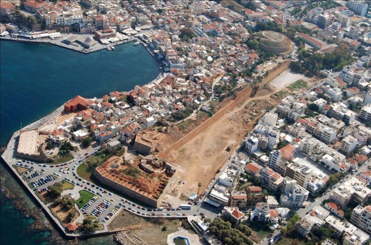 Εικ. 18. Χανιά, το δυτικό μέτωπο των οχυρώσεων και το Rivellino del Porto, κατά τις πρόσφατες εργασίες αποκατάστασης. Κοσμάς Κιμιωνής, Αερολέσχη Χανίων.