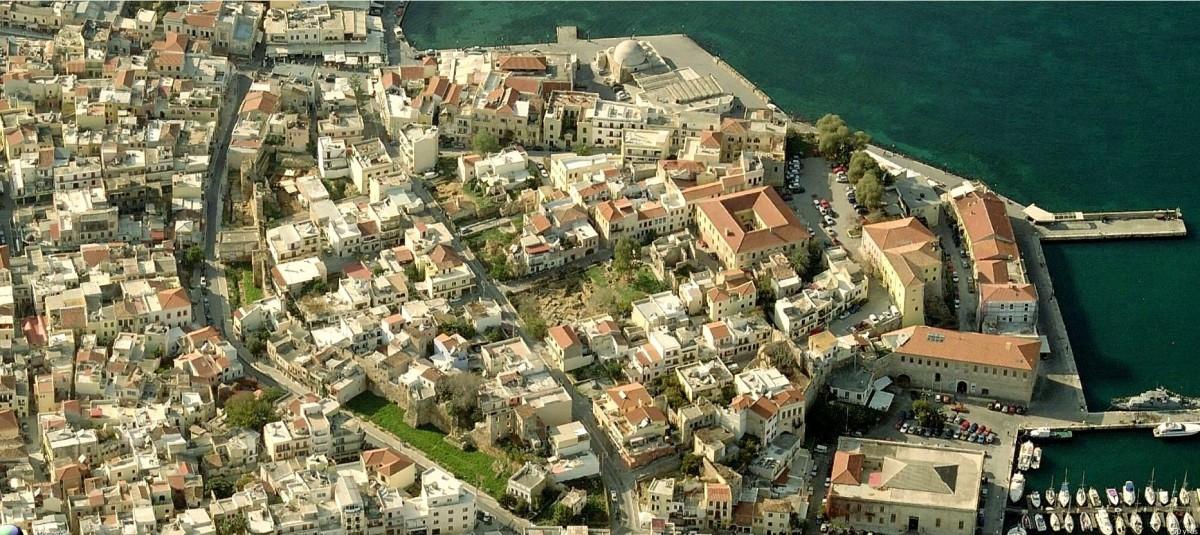 Εικ. 4. Η περιτειχισμένη πόλη των Χανιών, όπως ήταν κατά την πρώιμη Βενετοκρατία, σε σύγχρονη φωτογραφία (Φωτογραφία Virtual Earth).