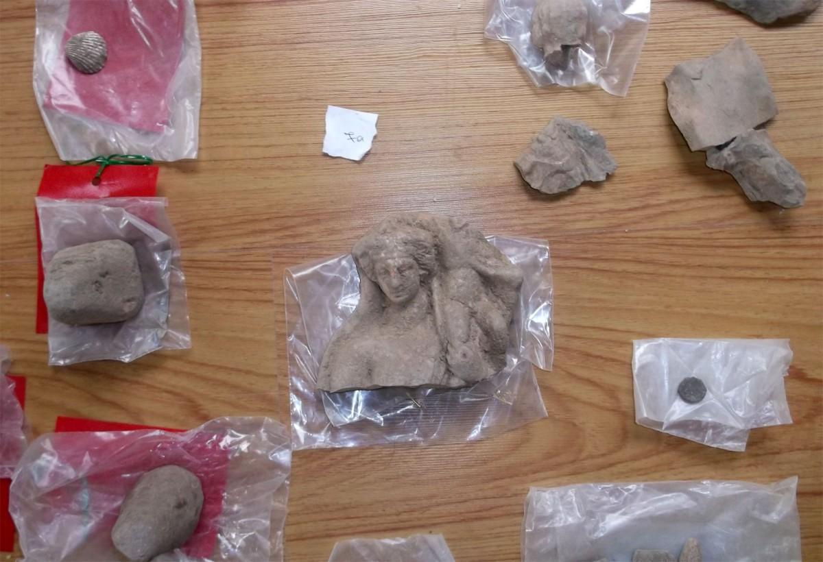 Tα αρχαία αντικείμενα που βρέθηκαν προέρχονται από αρχαιολογικούς χώρους της Κοζάνης, της Ημαθίας και της Φλώρινας (φωτ. Ελληνική Αστυνομία).