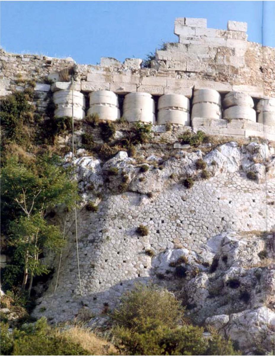 Εικ. 9. Σπόνδυλοι από τον βανδαλισμένο Παρθενώνα εντοιχισμένοι στον αναλημματικό τοίχο της Ακρόπολης, στην πλευρά που βλέπει προς την Αγορά.