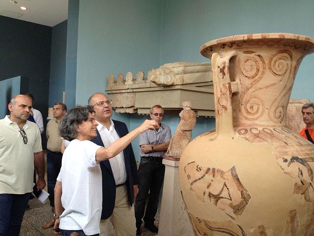 O αν. Υπουργός Πολιτισμού, Νίκος Ξυδάκης, στο Αρχαιολογικό Μουσείο Ελευσίνας.