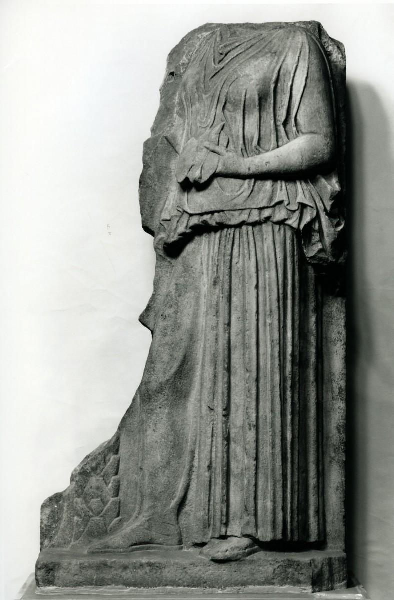 Τιμητική στήλη με ανάγλυφη παράσταση γυναικείας μορφής που εκτίθεται στην Αίθουσα 17 του Εθνικού Αρχαιολογικού Μουσείου (αριθ. ευρ. 226). Φωτ. Εθνικό Αρχαιολογικό Μουσείο.